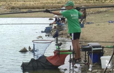Niño pescando en el pantano, en la clausura de la escuela municipal de pesca